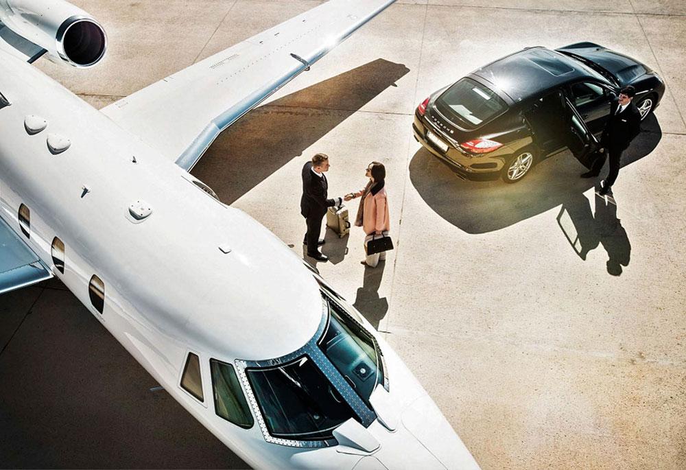бизнес встреча у трапа самолета